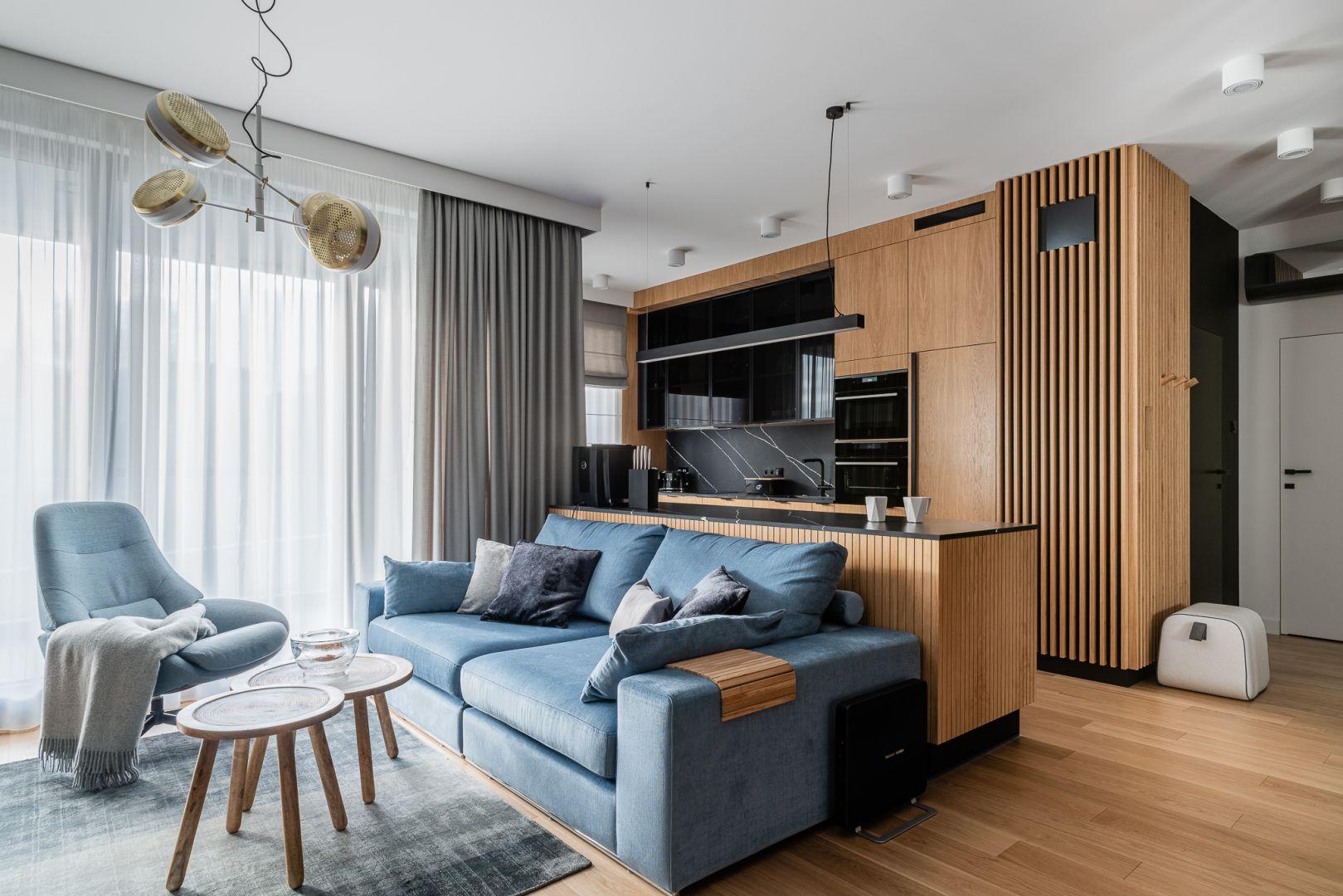 Sofa oddziela kuchnię od salonu. Projekt Anna Maria Sokołowska. Fot. Fotomohito