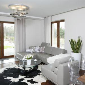 W nowoczesnym salonie sprawdzą się dywany imitujące naturalne skóry. Projekt Piotr Stanisz. Fot. Bartosz Jarosz
