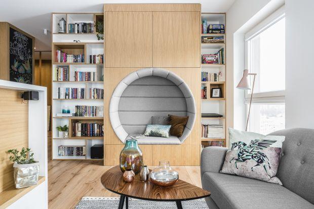 Masywne regały, przeszklone witryny czy delikatne, nowoczesne półki na książki i dekoracje to proste sposoby na domową biblioteczkę w salonie.