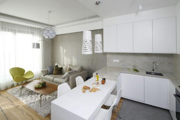 Jak urządzić mały salon z kuchnią w bloku? Jakie materiały wybrać? Które kolory będą najlepsze? Zobaczcie świetne pomysły na aranżację małego salonu z kuchnią w bloku.