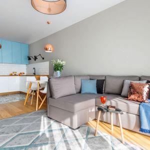 Pomiędzy niedużym salonem i kuchnią udało się jeszcze wygospodarować przestrzeń na małą jadalnię. Projekt: Decoroom. Fot. Pion Poziom