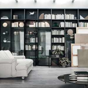 Meble na książki w salonie. Regał Selecta, marka Lema, dostępny w Mood-Design. Fot. Lema/Mood-Design