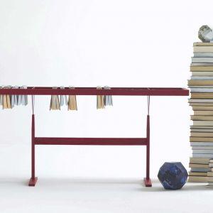 Meble na książki w salonie. Regał Booken, marka Lema, dostępny w Mood-Design. Fot. Lema/Mood-Design