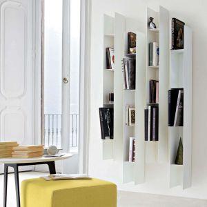 Meble na książki w salonie. Regał Koala, marka Lema, dostępny w Mood-Design. Fot. Lema/Mood-Design