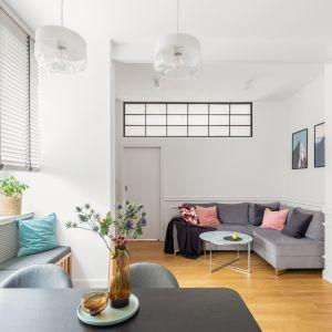 Często na potrzeby aranżacji skandynawskiej wykorzystuje się stare meble, które pokryte białą farbą nadają przestrzeni rodzinnego ciepła i przytulnego klimatu. Projekt EMC Partners Ewa  Mroczek Chojecka, Paulina Kobylarz Fot. Pion Poziom