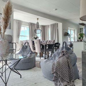 W stylu hygge szczególną uwagę zwraca się na projekt salonu. Mówi się, że to pomieszczenie jest sercem domu, dlatego powinno być również punktem regularnych spotkań z bliskimi. Na zdjęciu: siedziska Sideway marki Puszku. Fot. Puszku
