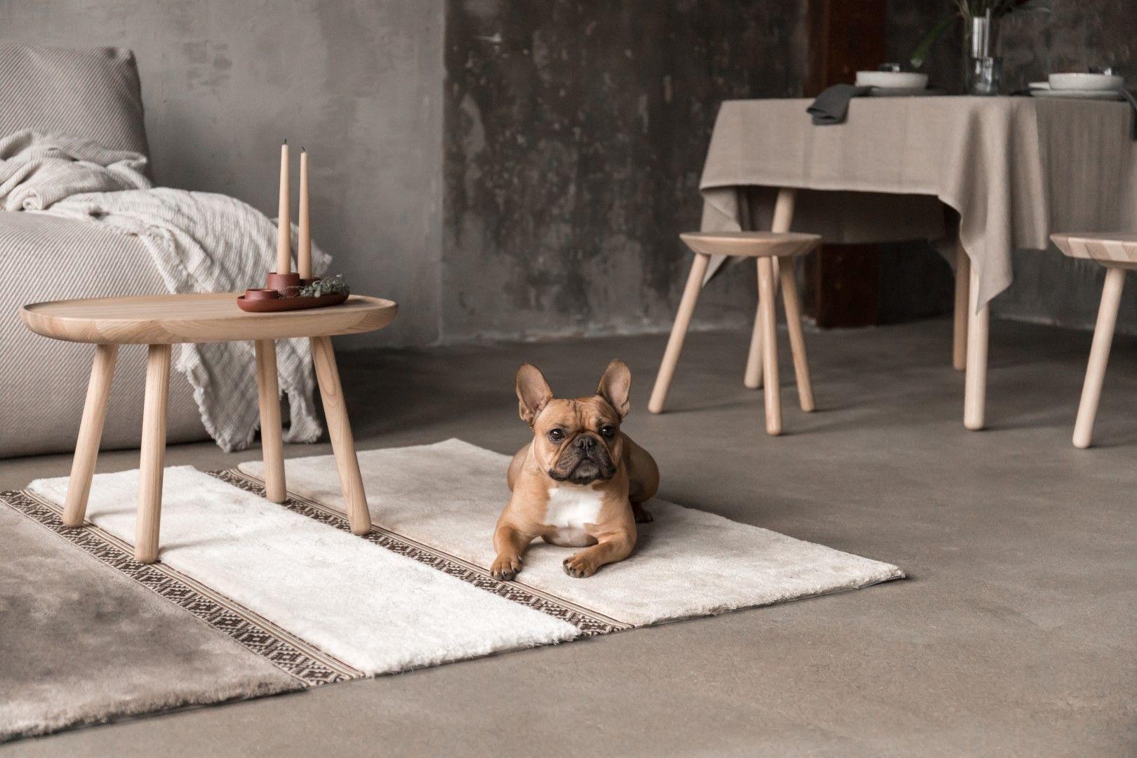 W uzyskaniu harmonijnej całość pomogą też wełniane koce, przyjemne dla bosych stóp dywany oraz lite drewno. Wszystko, co wprowadzi domowników w dobry nastrój, będzie tutaj mile widziane. Fot. Puszku
