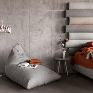 Paleta barw stylu hygge wywodzi się ze stylu skandynawskiego. Podstawową bazą kolorystyczną są więc neutralne kolory takie jak biel, czerń i odcienie szarości oraz naturalne i ciepłe brązy oraz beże. Fot. Puszku