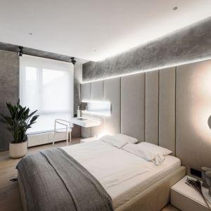 Szara sypialnia - pomysł na aranżację wnętrza. Projekt: pracownia hilight.design