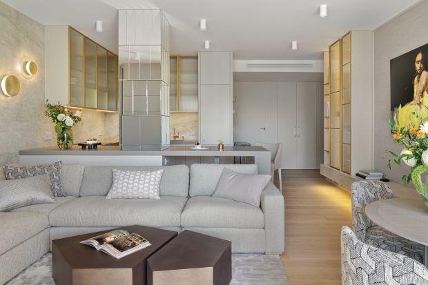 Kameralny apartament miał być świetlisty, kobiecy i komfortowy. Efekt pracy architektki to elegancka, spójna i dopracowana w każdym calu przestrzeń, z której bije atmosfera harmonii, dojrzałości i lekkości.