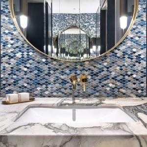 Druga łazienka kolorystycznie kontrastuje z resztą apartamentu. W tym wnętrzu króluje modny granat przełamywany przez jasne spieki kwarcowe. Projekt Katarzyna Kraszewska. Fot. ©Tom Kurek