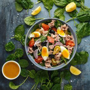 Sałatka z tuńczykiem jajkiem i oliwkami. Fot. Eisberg