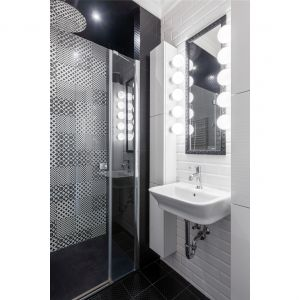 Ściany w łazience wykończono kaflami z kolekcji Abisso bar white firmy Tubądzin. Projekt: Dariusz Grabowski. Fot. Paweł Martyniuk