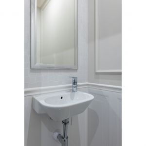 Niewielką toaletę urządzono w jasnych kolorach. Projekt: Dariusz Grabowski. Fot. Paweł Martyniuk