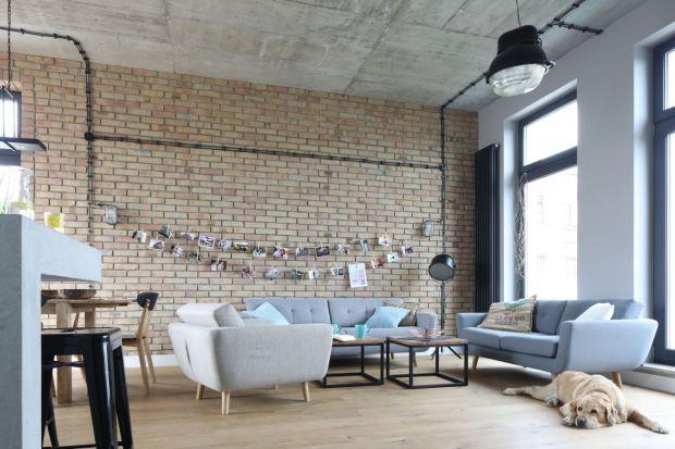 Styl industrialny pozwoli stworzyć loftowy klimat w salonie.