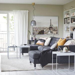 Szary narożnik to uniwersalny mebel, który pasuje do każdego pokoju dziennego. Producent: IKEA