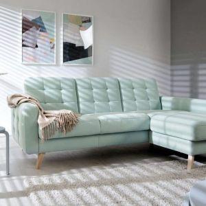 Narożnik Nappa, w stylu skandynawskim, wysokie drewniane nóżki i pikowane siedzisko. Cena od 2840 zł. Producent: Sweet Sit
