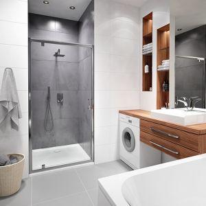 Remont łazienki trzeba zaplanować pod względem wyznaczenia miejsca na kabinę prysznicową i wannę. Musi to ściśle zgadzać się z instalacją wodno-kanalizacyjną i jej spadkiem. Fot. Sanplast