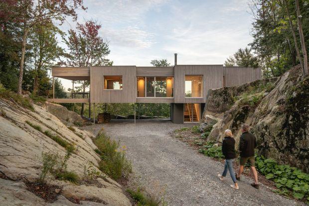 Ten dom powstał dla pary, która chciała wyprowadzić się z dużego miasta i, dzięki możliwości pracy zdalnej, korzystać z dobrodziejstw mieszkania w środku lasu. Zobaczcie minimalistyczny i nowoczesny projekt!