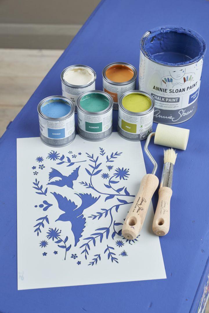 Krok 1: Nałóż dwie warstwy farby kredowej Chalk Paint™ w kolorze Napoleonic Blue na całą powierzchnię mebla za pomocą pędzla (pozwól farbie wyschnąć przed nałożeniem drugiej warstwy). Zdjęcia metamorfozy: Jesse Wild