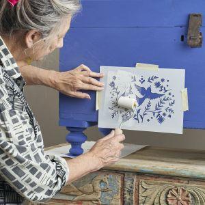 Krok 3: Nabierz farbę Chalk Paint™ w kolorze Old White na wałek, pozbądź się nadmiaru farby, a następnie przesuwaj wałek po wzorniku w różnych kierunkach. Zdejmij szablon. Zdjęcia metamorfozy: Jesse Wild