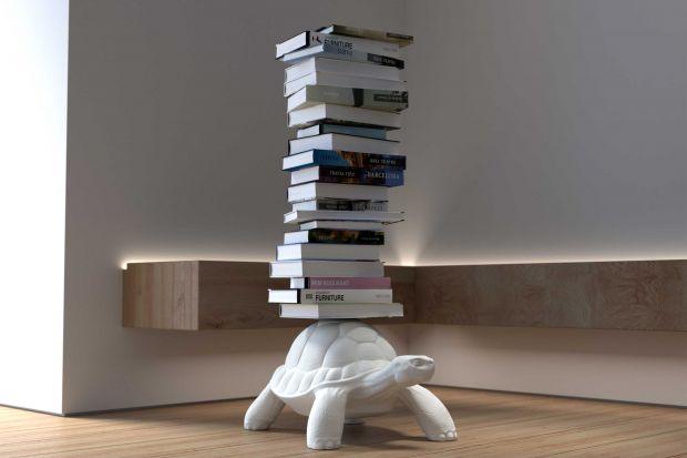Autorem tego zabawnego mebla jest słynny włoski projektant Marcantonio. Sympatyczny żółw, dzięki niewidocznej podpórce, jest wesołą i funkcjonalną półką na książki!