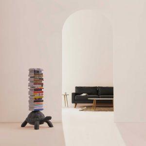 Turtle Carry - półka na książki, nowość holenderskiej marki Qeeboo. Projekt: Marcantonio. Fot. Qeeboo, w Polsce dostępna np. w sklepie Dutchhouse.pl