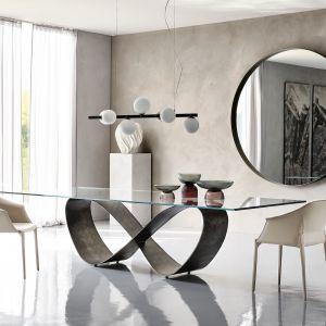Tym, co wyróżnia art déco, jest geometryzacja widoczna w kształcie mebli i wzorów. Na zdjęciu: stół Butterfly  firmy Italmeble. Na zdjęciu: sofa Sipario firmy Rad Pol. Fot. Galeria Wnętrz Domar