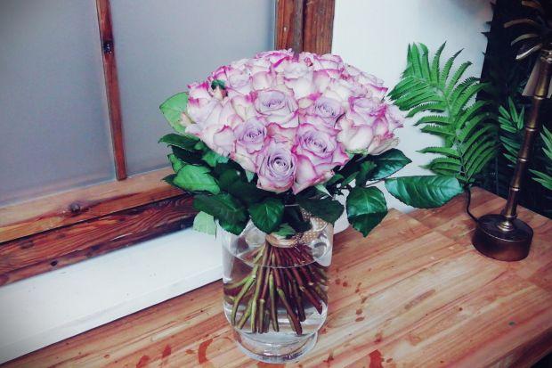 Kochamy kwiaty we wnętrzu. Czy jednak wiemy jak o nie dbać? Podpowiadamy jak dbać o bukiet ze świeżych ciętych kwiatów, aby jak najdłużej wyglądał pięknie.
