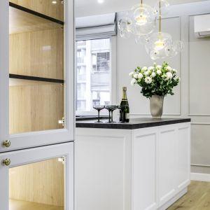 Kuchnia w klasycznym stylu i jasnej kolorystyce. Projekt: Moovin Interiors