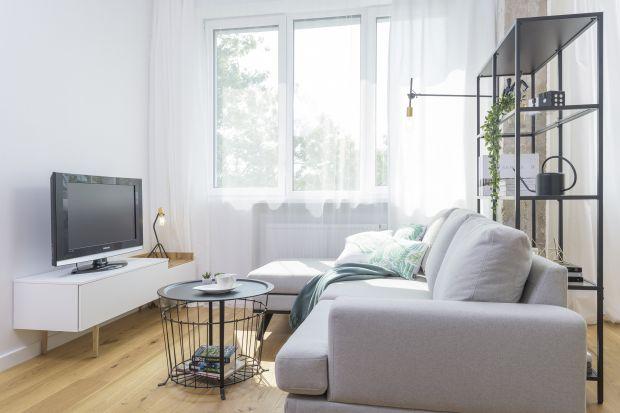 Mały salon warto urządzić w jasnych kolorach. Biel i naturalne światło optycznie powiększą przestrzeń.