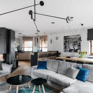 Otwarta kuchnia, zwłaszcza w kawalerkach czy mieszkaniach o małym metrażu, ma przede wszystkim sprawiać wrażenie przestronności mieszkania oraz gwarantować komfort w codziennym funkcjonowaniu.  Projekt Ester i Robert Sosnowscy. fot. Fotomohito