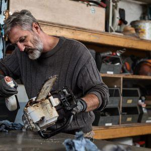 Urządzenia takie jak np. kosiarki, roboty koszące, czy wertykulatory wymagają regularnej pielęgnacji, o której jednak często zapominamy. Dlatego tak ważne jest, by chociaż pod koniec sezonu zrobić dokładny przegląd i konserwację sprzętu. Fot. STIHL