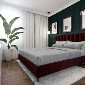 Ściana za łóżkiem w sypialni. W tym projekcie ścianę wykończono sztukaterią, pomalowano na głęboki zielony kolor i udekorowano grafikami. Projekt: Marta Ogrodowczyk-Trepczyńska, Marta Piórkowska, Oktawia Rusin. Wizualizacje Elżbieta Paćkowska