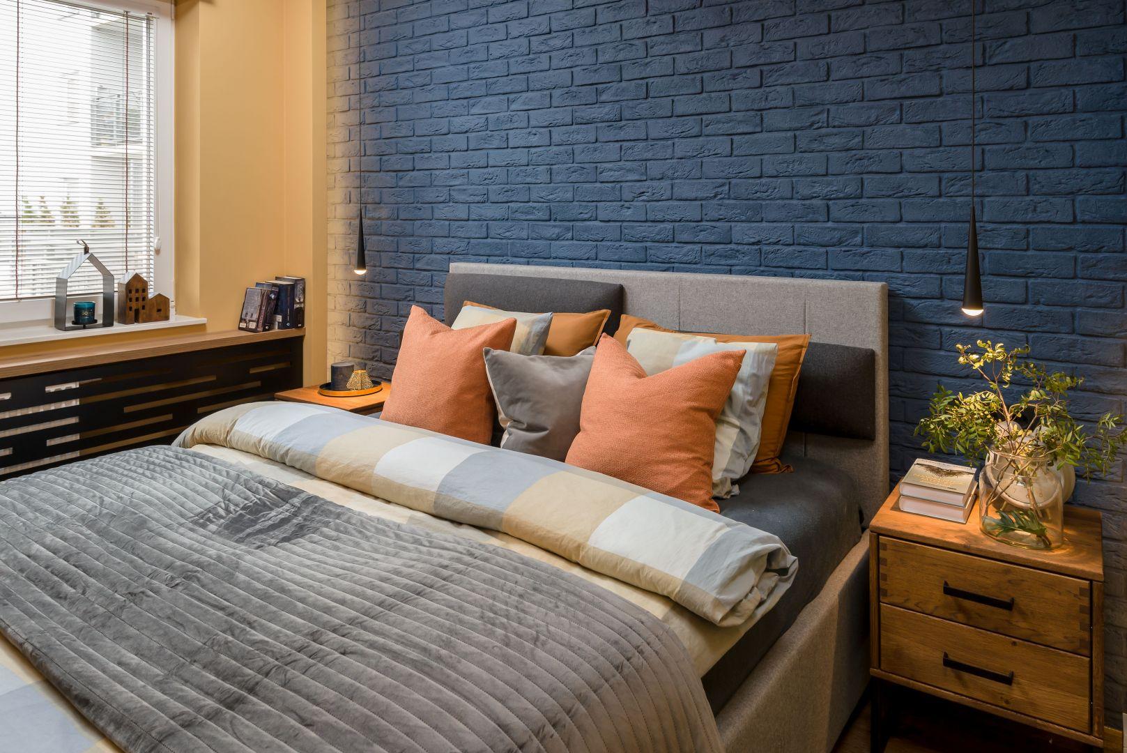 Ściana za łóżkiem w sypialni. W tym projekcie zastosowano cegłę, która pomalowano na ciemny kojący granat. Projekt: Katarzyna Krupa. Fot. Stan Zajączkowski