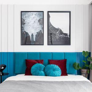 Ściana za łóżkiem w sypialni. W tym projekcie ścianę wykończono sztukaterią, pomalowano na biało, zastosowano tapicerowany zagłówek w kontrastowym kolorze i udekorowano ścianę plakatami.  Projekt: Maria Nielubszyc, pracownia PURA design. Zdjęcia Jakub Nanowski