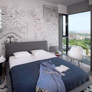 Ściana za łóżkiem w sypialni - ciekawy pomysł na tapetę imitująca mural. Projekt: Anna Koszela. Fot Hanna Długosz. Stylizacja Anna Tyślerowicz