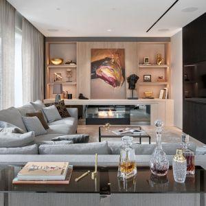 Pomysł na stolik w salonie - kwadratowy szklany stolik w loftowym stylu. Projekt: Katarzyna Kraszewska. Fot. Tom Kurek