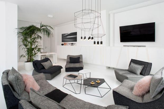 Mieszkanie już od progu wita gości wszechobecną bielą, otwartą przestrzenią i niesamowitą ilością naturalnego światła. Takie było założenie – ma być jasno i przestronnie, co nie znaczy, że nudno. Autorka projektu wnętrz, Joanna Kulczyń