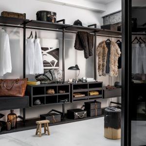 Aby w szafie zapanował idealny porządek, na każdą rzecz należy przeznaczyć odpowiednio dużo miejsca. Fot. Raumplus
