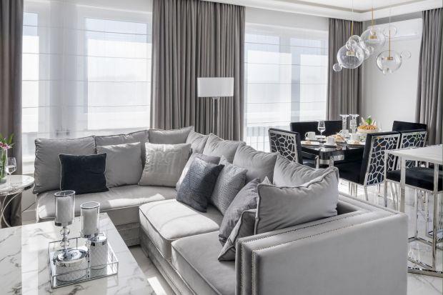 W wystroju tego apartamentu odnajdziemy wszystko, co najlepsze w stylu glamour. Luksus, blask i połyskliwe powierzchnie odbijające światło, ogromne lustra, eleganckie meble oraz charakterystyczne, kontrastowe zestawienia kolorystyczne. Całość tworz