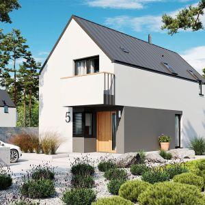 Prosta, kompaktowa bryła, dach bez okapów o kącie nachylenia 45 stopni i minimalistyczna kompozycja elewacji subtelnie podkreślają jego nowoczesny charakter domu.Projekt: pracownia Archipelag
