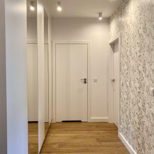 Przedpokój w 38-metrowym mieszkaniu. Projekt: Zuzanna Kuc, pracownia ZU Projektuje
