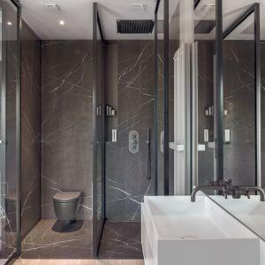 Ściany w łazience zdobią piękne płytki w brązowym kolorze. Projekt: BAJERSOKÓŁ team. Fot. Tom Kurek