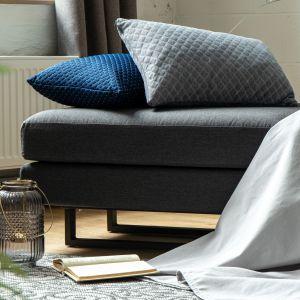 Co więcej poduszka z powodzeniem może służyć podczas snu - wystarczy jedynie zabezpieczyć ją poszewką. Linię Koppla dostaniesz w dwóch eleganckich kolorach, szarym i granatowym. Fot. Wendre