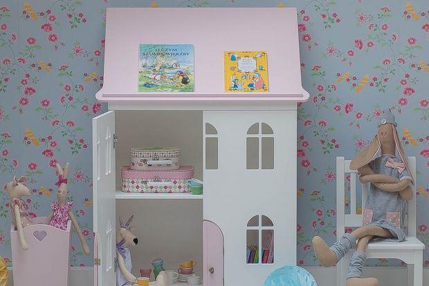 Piękna i funkcjonalna aranżacja pokoju dziecka potrzebuje dodatków i dekoracji, aby stać się prawdziwym królestwem, w którym maluszek będzie chciał spędzać czas. Warto postawić na elementy wzbudzające zainteresowanie u dziecka, przydatne w za