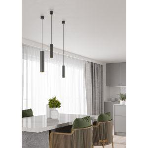 Nad stołem w jadalni pięknie prezentują się lampy wiszące Pet next od marki AQForm, które występują w zestawie trzech stylowych opraw. Nieparzysta ilość mocniej przykuwa uwagę i oryginalnie dekoruje strefę nad stołem, zwłaszcza jeśli oprawy zawieszone są na różnych wysokościach. Fot. AQForm