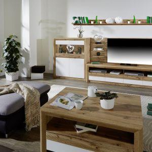Drewniane meble to sposób na uniwersalny wystrój salonu. Fot. Salony Agata
