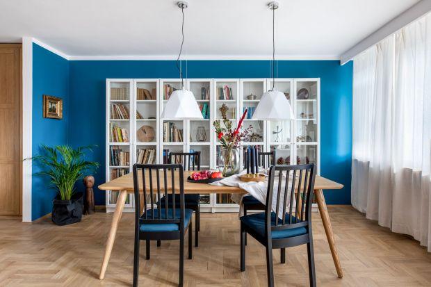 Bezpretensjonalne i pełne barw wnętrze w gdyńskim bloku idealnie oddaje charakterjego właściciela, malarza i historyka sztuki. Zobaczcie ciekawy projekt!