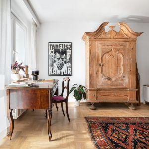 Stara szafa to prawdziwe dzieło sztuki meblarskiej, uratowane z rupieciarni i odnowione. Projekt: Maria Nielubszyc, pracownia Pura Design. Fot. Jakub Nanowski